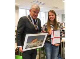 Burgemeester van Zanen verrast fotowedstrijdwinnares met bezoek